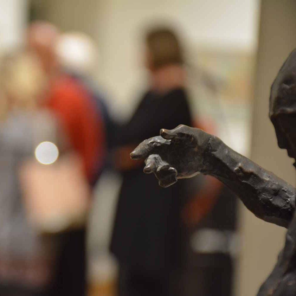 TÁRLATVEZETÉS a 116 éves Szolnoki Művésztelep Jelenlét című kiállításán a kápolnásnyéki Halász-kastélyban