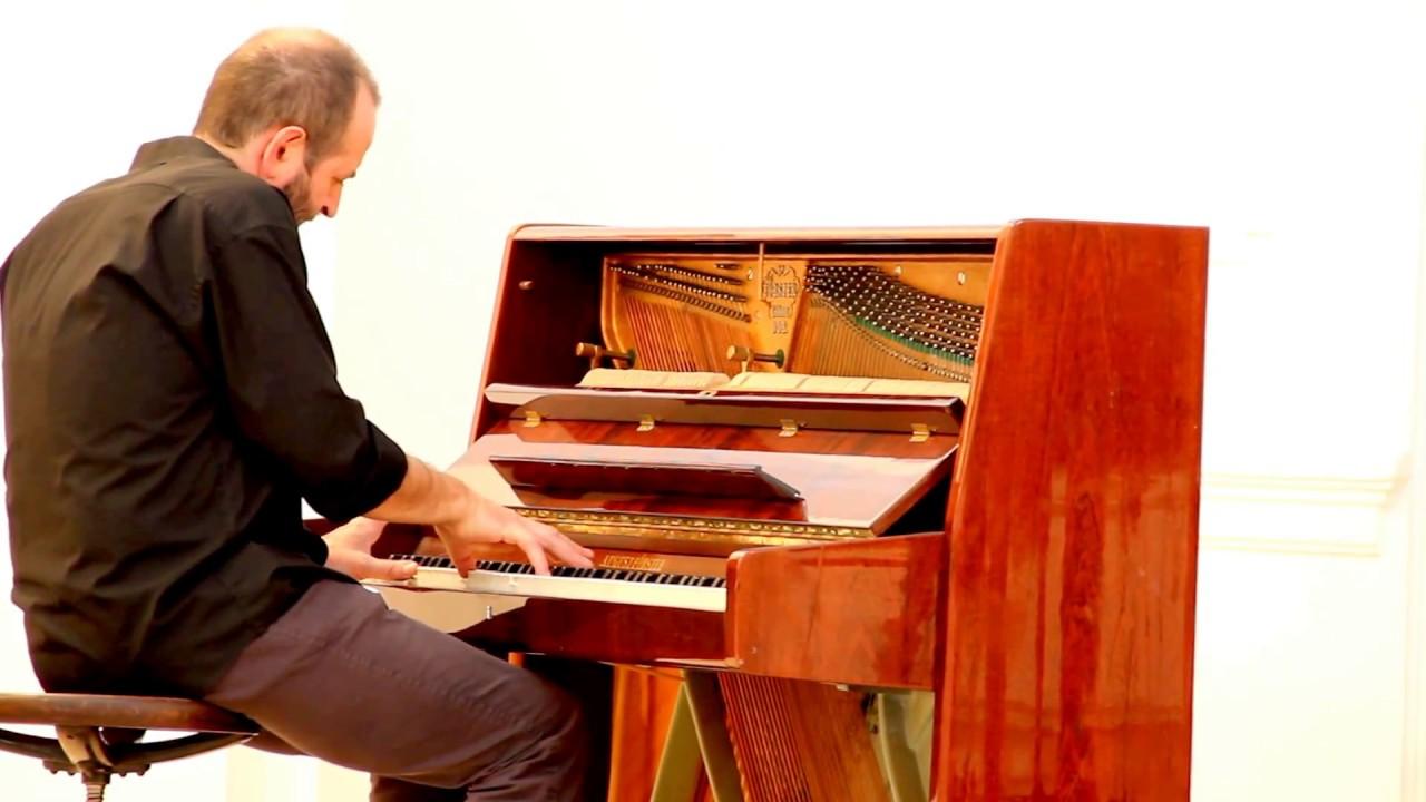 AZ UNIVERZUM ÁRNYÉKÁBAN című kiállítás megnyitóján Verebes György, Munkácsy-díjas festőművész zongorázik
